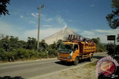 Truk Pengangkut Anak Pengungsi Sinabung Terbalik