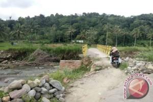 Jembatan Menuju Desa Simatohir Butuh Perbaikan