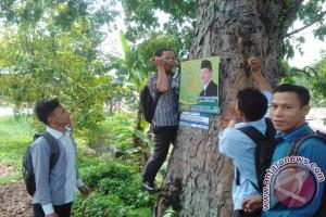 Aktivis Mahasiswa Tertibkan Spanduk