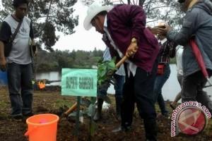 Bupati Samosir Lebih Hijaukan Lokasi Objek Wisata